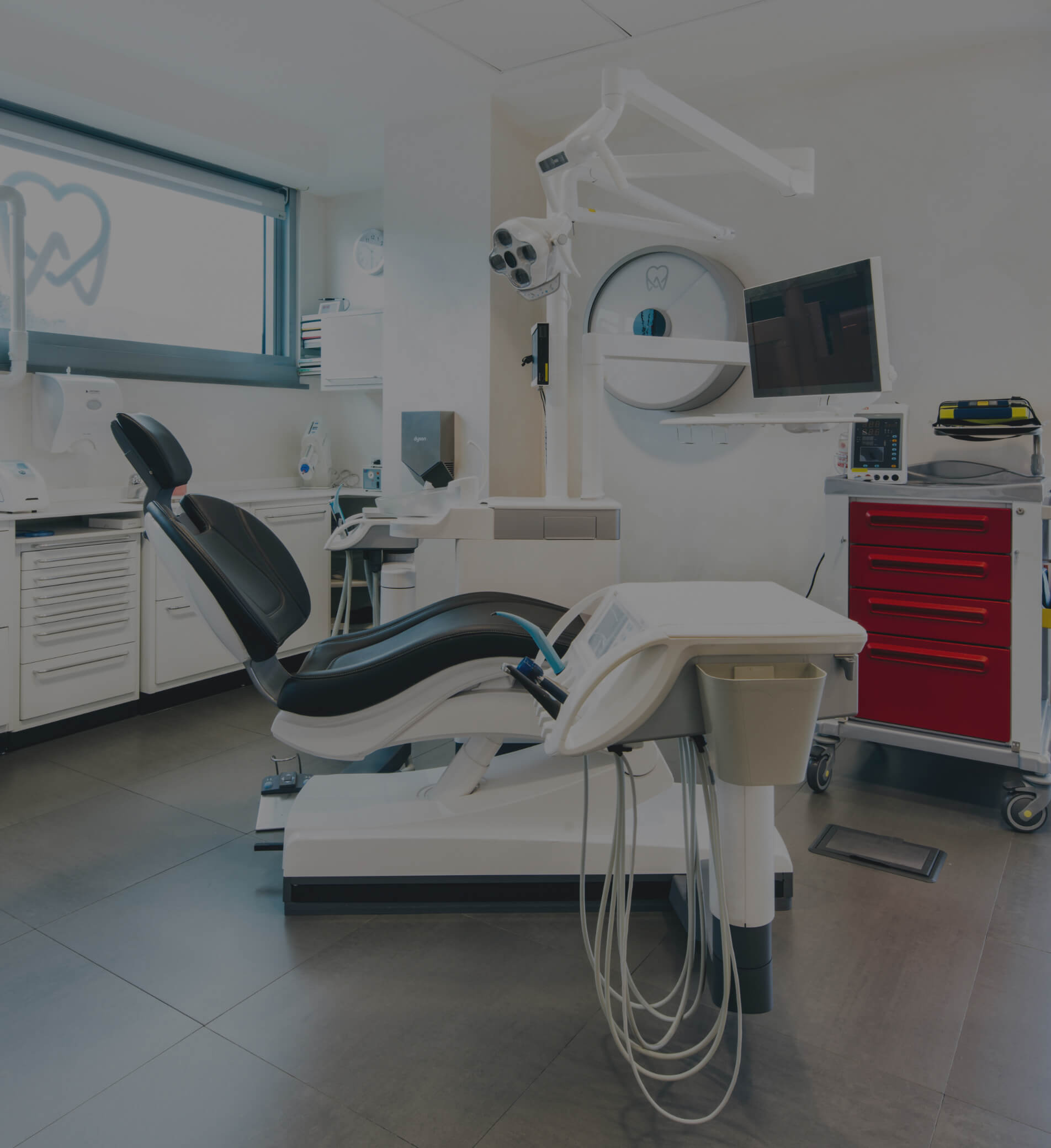 Sala dentista con frese per osso dentificazione